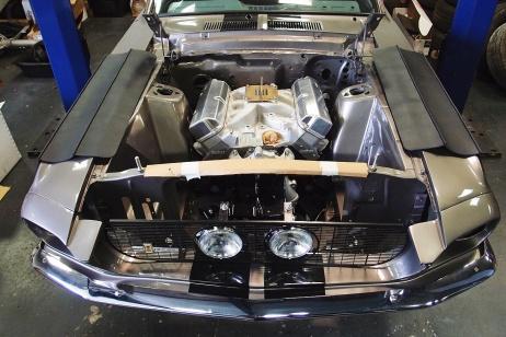 Repose du moteur dans la Mustang Fastback 1967